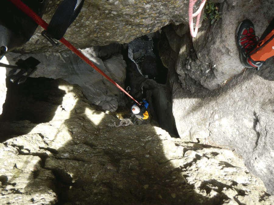 Canyoning dans le canyon de Fleur Jaune à Cilaos (Réunion). Le rappel pendulaire de 94 mètres dans la Chapelle.