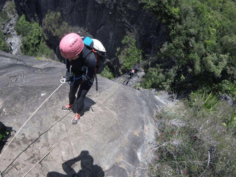 Canyoning au canyon de Fleur jaune intégral à Cialos (Réunion). Premier rappel de 29 mètres de la Chapelle.