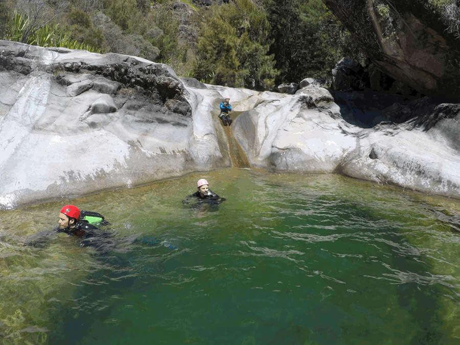 Canyoning à Fleur Jaune intégral à Cilaos île de la Réunion, toboggan de Bassin roche